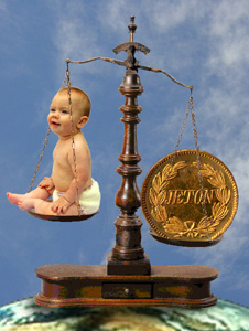 Bébé mis en balance avec une pièce de monnaie