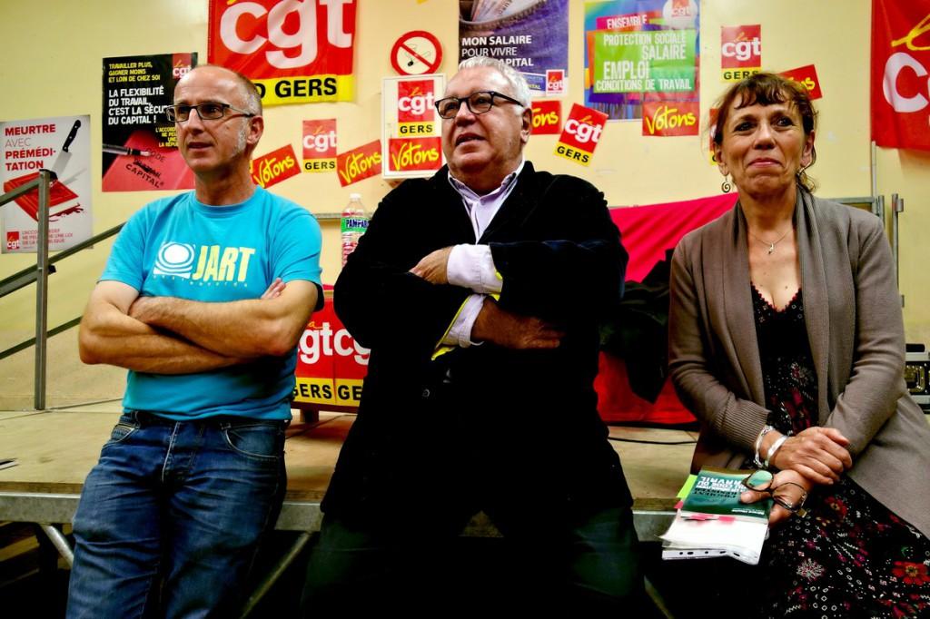 De droite à gauche : Catherine Heurteux des éditions Le vent se lève, Gérard Filoche et un organisateur que quelqu'un finira bien par identifier