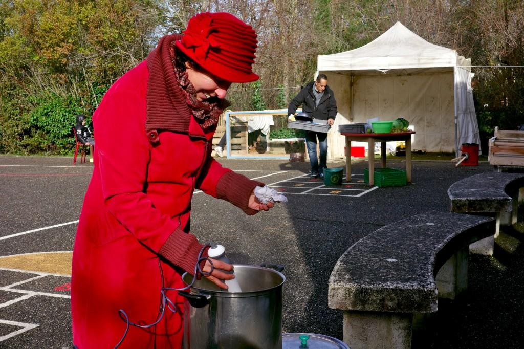 Les parents se relaient pour occuper les écoles du quartier et préparer des repas communautaires.