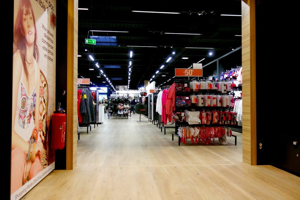 La nouvelle normalité : un magasin vide pendant les soldes