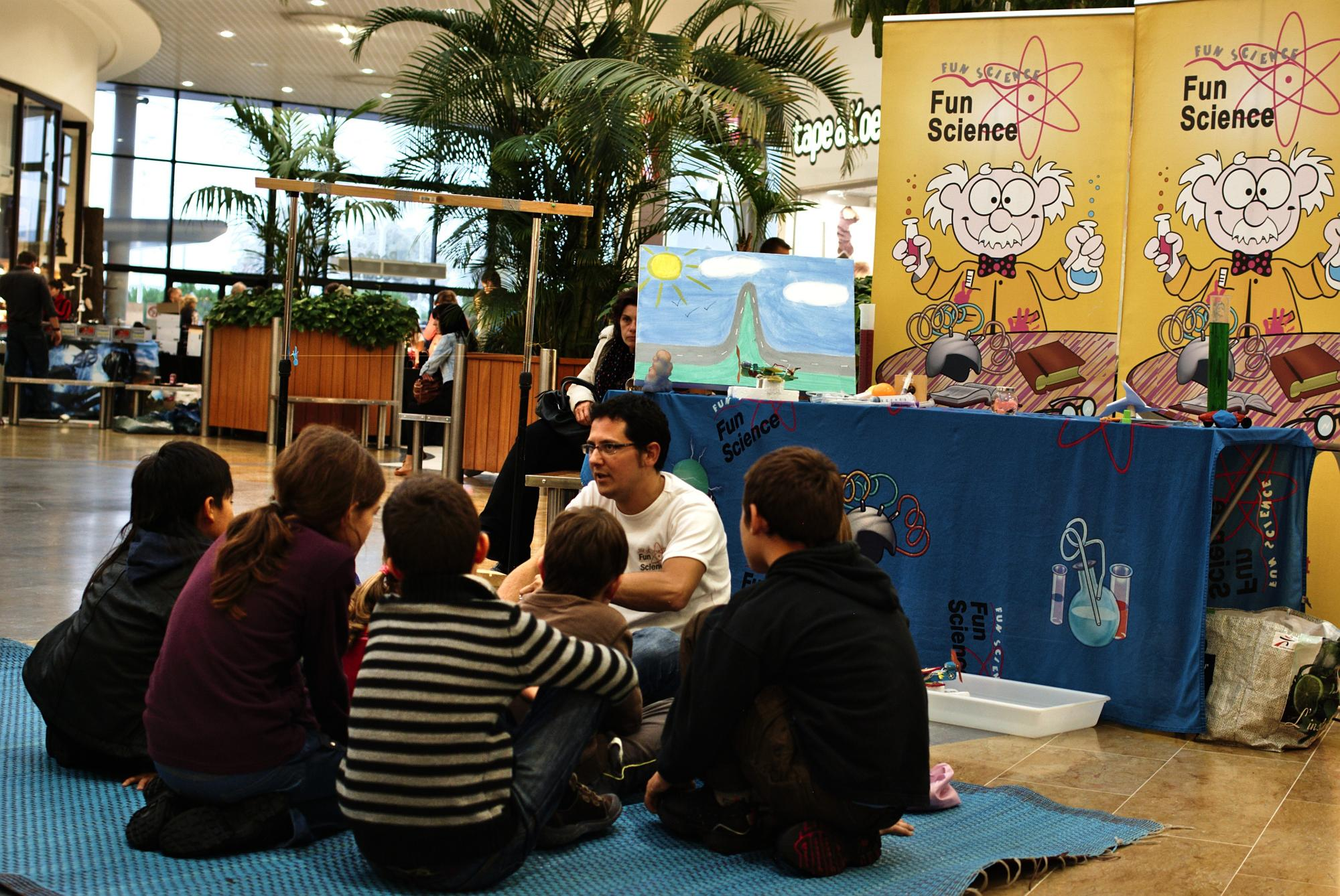 Groupe d'enfants dans un atelier éducatif dans un centre commercial