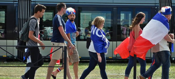 Supporters se rendant à la fan zone de Bordeaux pour le quart de final de l'Euro2016 opposant la France à l'Islande