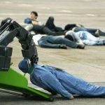 Robot de secours ramassant des blessés à Tokyo et servant d'allégorie à la machine broyeuse d'humains.