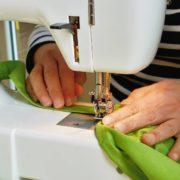 Mais de femmes travaillant sur une machine à coudre