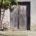 Vieille chaise vide en bois devant une vieille porte de grange