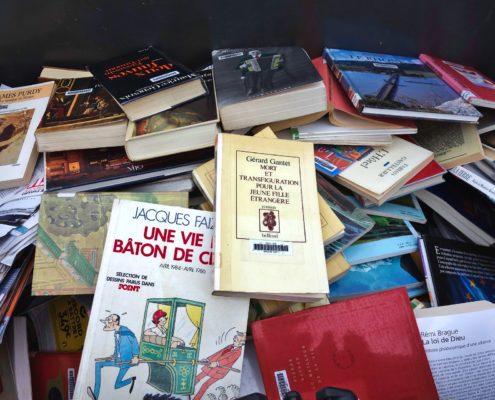Benne à recyclables pleine de livres