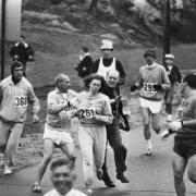 Kathrine Switzer, molestée parce qu'elle est une femme au marathon de Boston de 1967