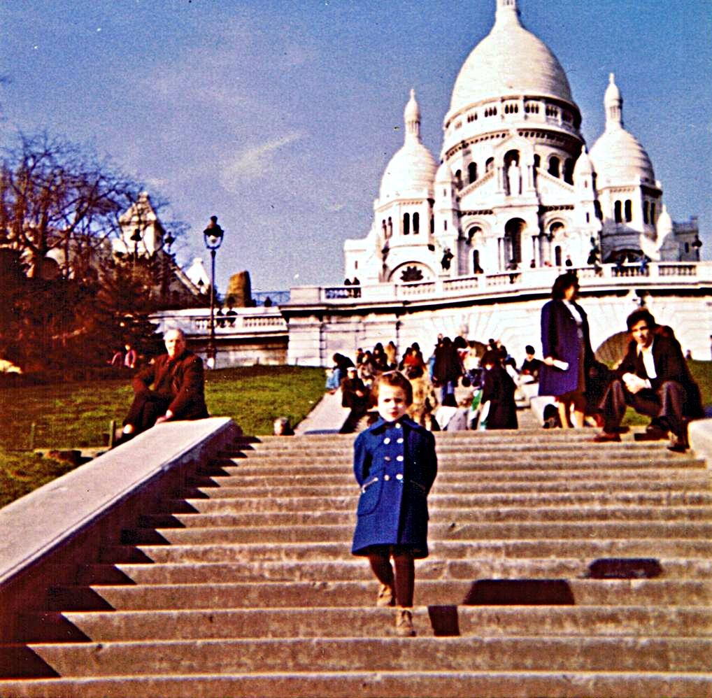 Agnès devant le Sacré-Cœur