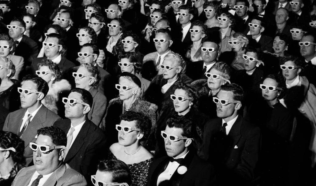 Public de cinéma portart des lunettes 3D, années 50