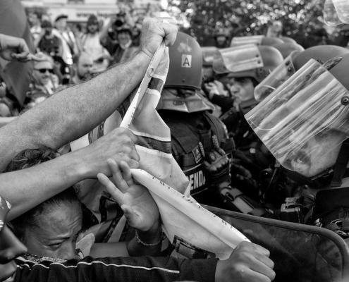 Scène de lutte au contact entre CRS et manifestants
