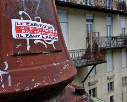 Autocollant : le capitalisme ne se détruira pas tout seul, il faut l'aider