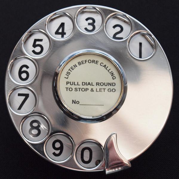Cadran de téléphone avec avertissement en anglais