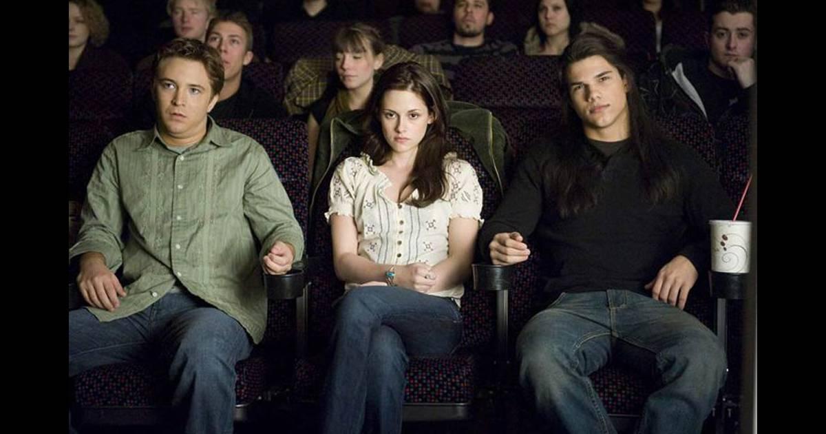 Kristen Stewart coincée dans un siège de cinéma entre deux hommes qui prennent toute la place